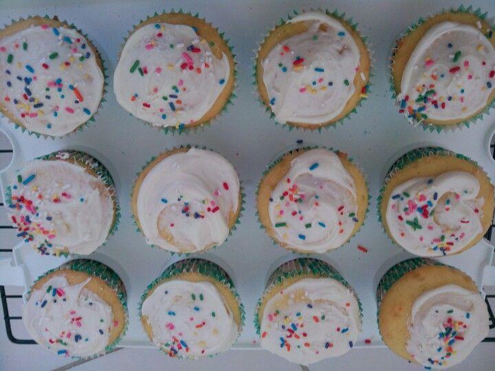 Lemon and cream  cupcakes #cumpleaños #cupcakes #limón #lemon #nonpareils #lemonicing #birthday #party