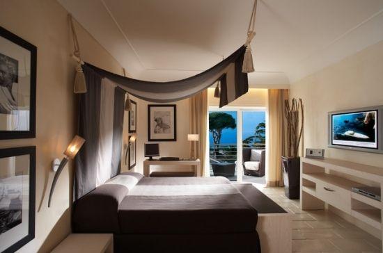 Puristisches Schlafzimmer weiß dunkelbraun-Himmel für Bett ...
