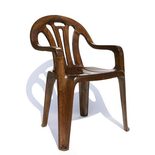 Tsé... Les chaises de patio en plastique qu'on est plus capable de voir...  (New work by Maarten Baas in Milan)