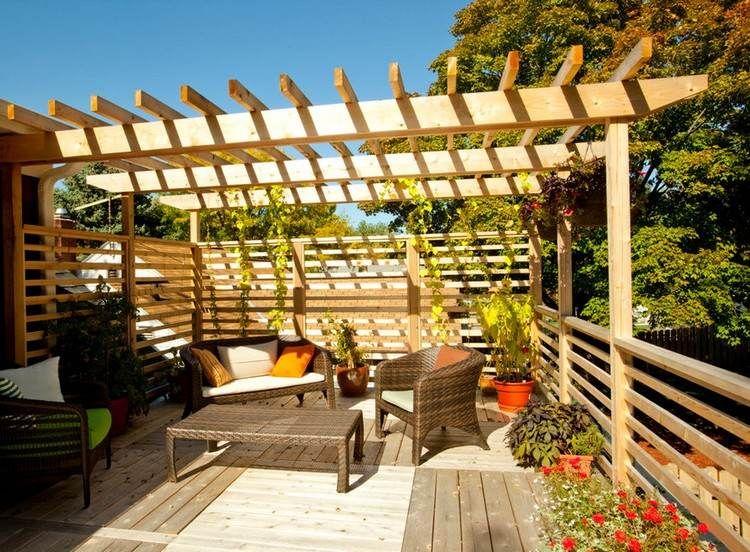 holzspalier und pergola schirmen den balkon ab terasse pinterest schirmen pergola und der. Black Bedroom Furniture Sets. Home Design Ideas