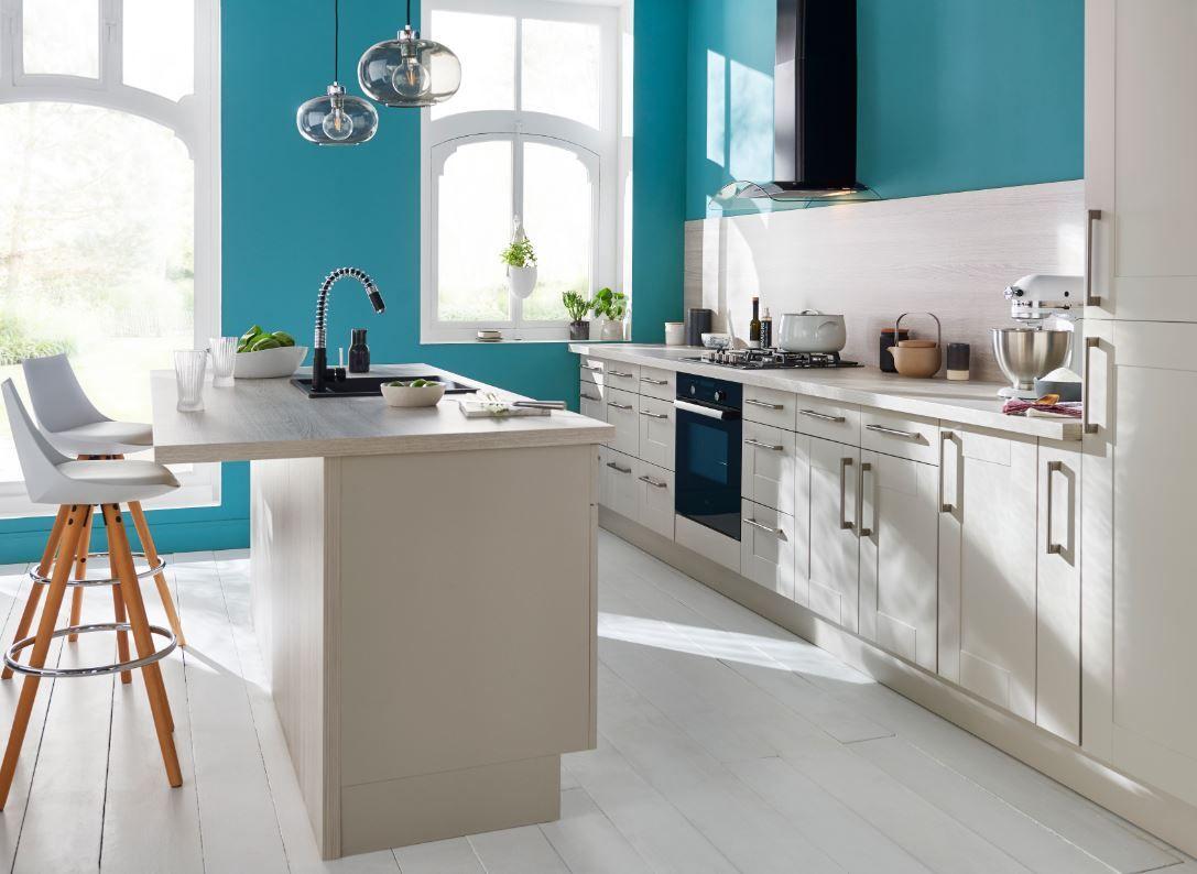 Dans cette cuisine ouverte baignée de lumière, on ose le bleu