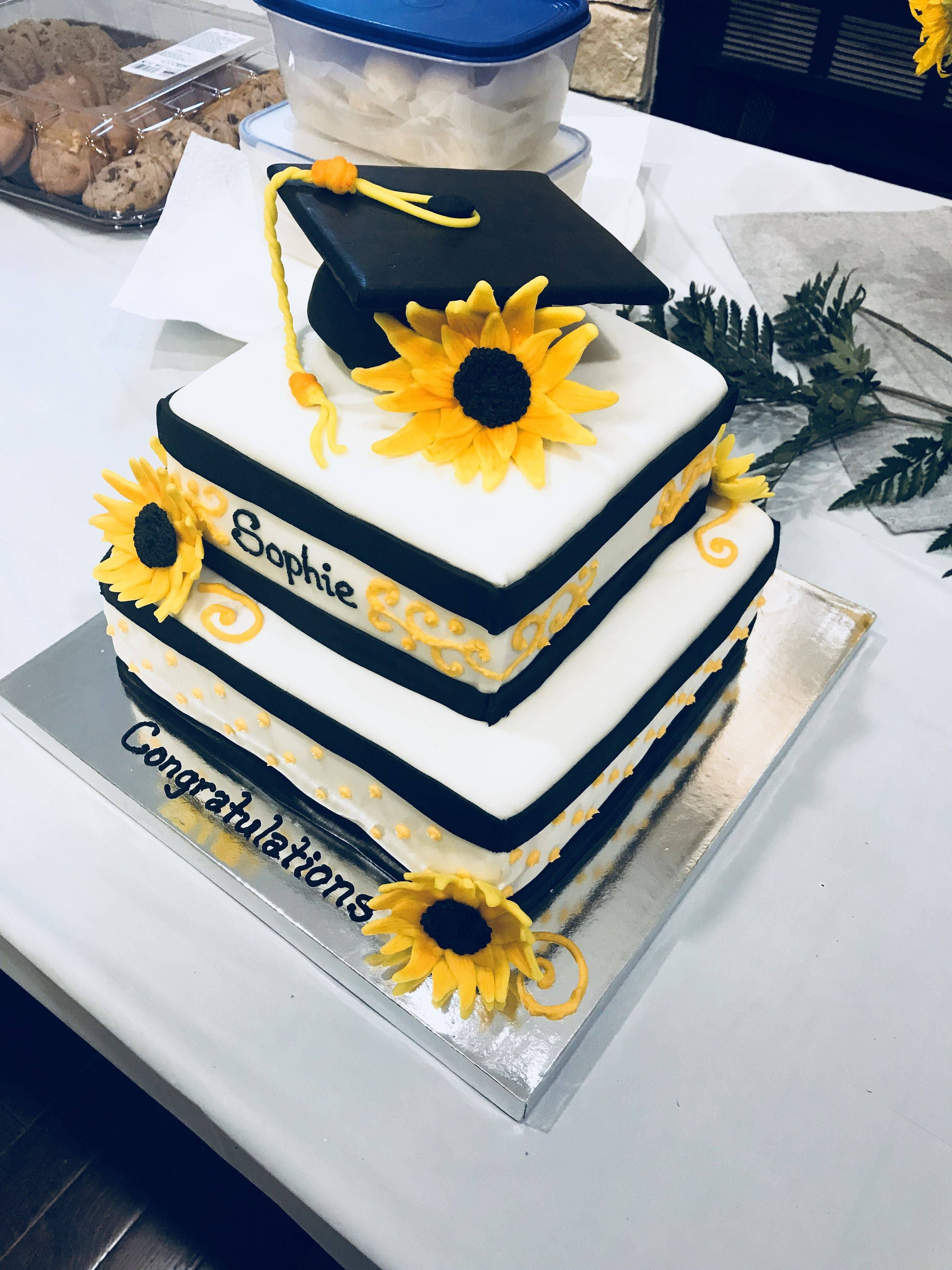 Black And White Sunflower Graduation Cake With Graduation In 2020