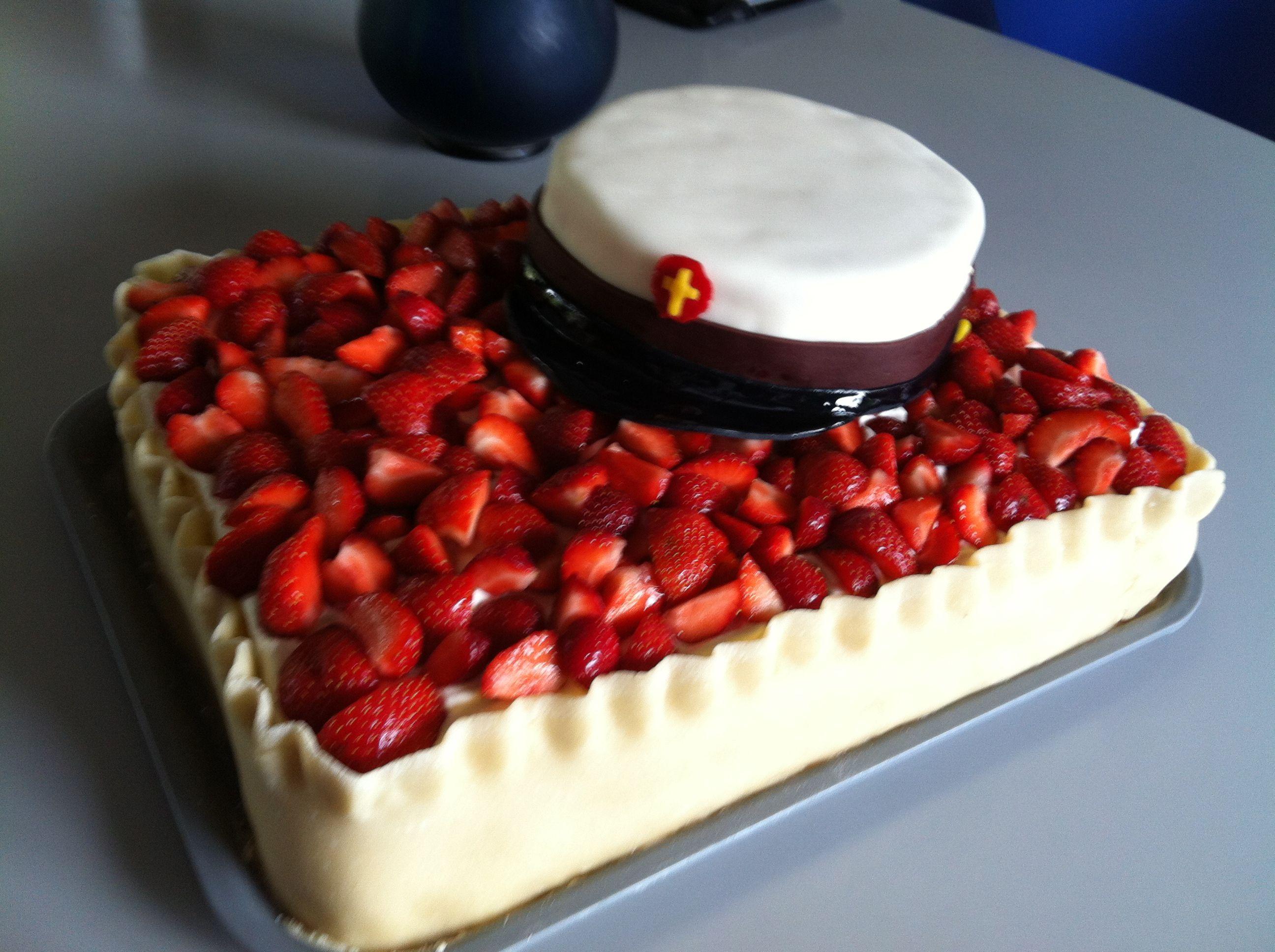 Ellen's studenterkage Almindelige lagkagebunde, maste jordbær og jordbær i skiver blandet med flødeskum, som creme. Marcipankant og jordbær i skiver på toppen.  Huen er lavet af chokoladekage, med marcipanovertræk og pynt.