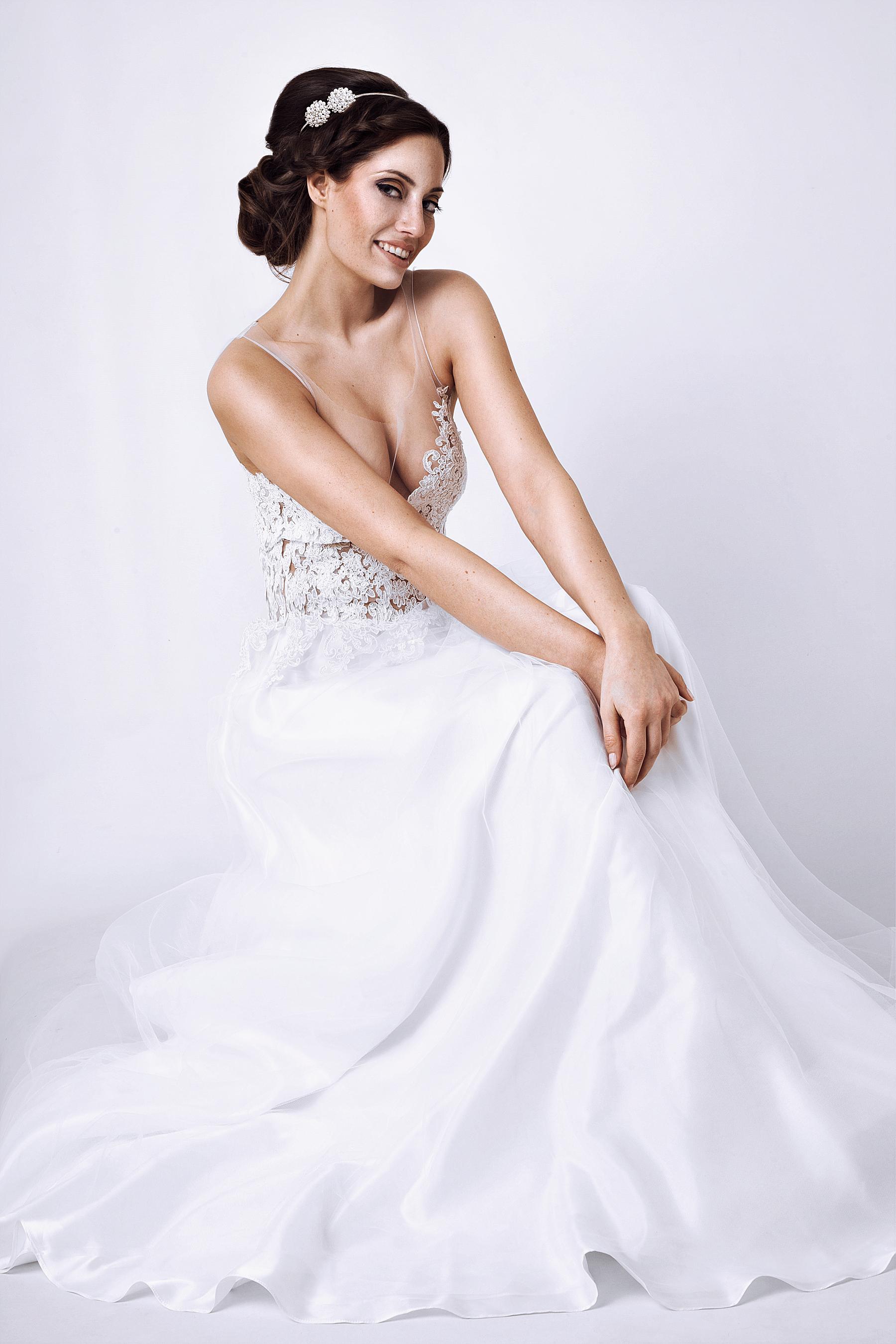 Unser neues Brautkleidleid Mia. Es ist besetzt mit Spitze und ...