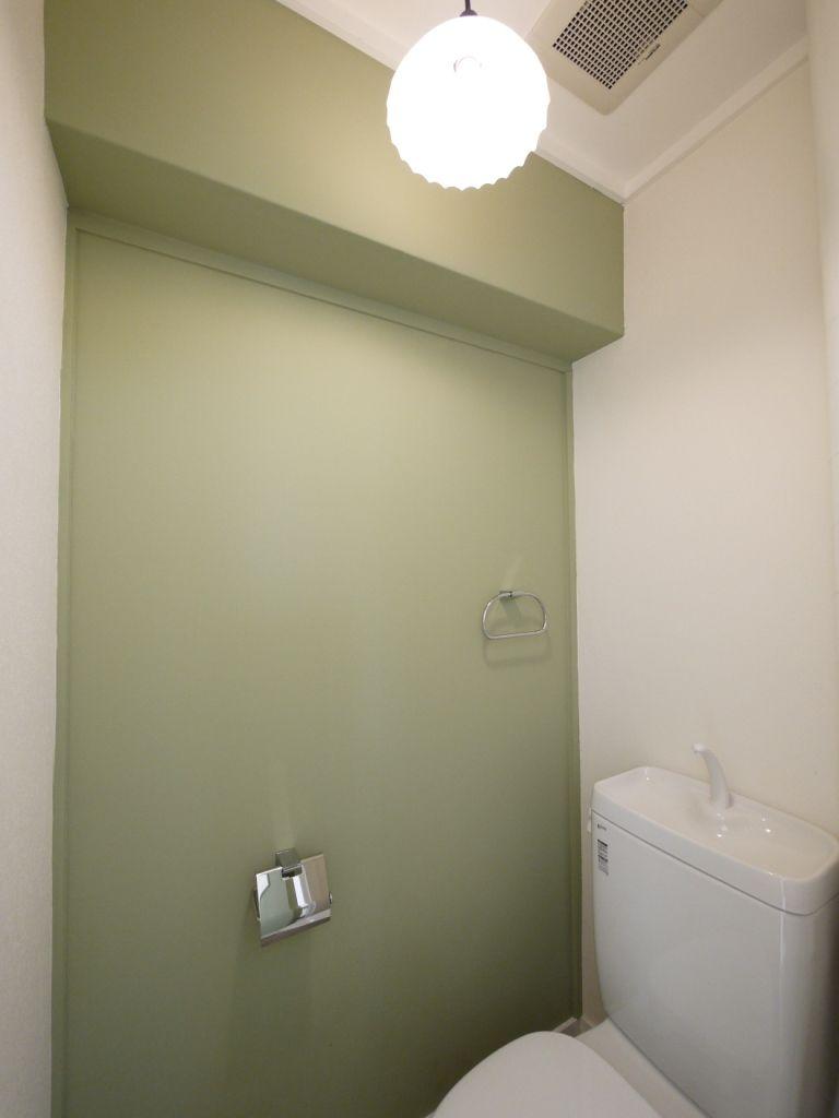 淡いグリーンのアクセントクロスで レトロな雰囲気に 新築 トイレ