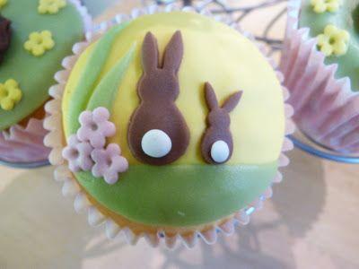 Voor de demo van afgelopen weekend had ik natuurlijk nog meer gebakken! Zoals deze vrolijke paas cupcakes:      Ook versierde ik een cake, ...