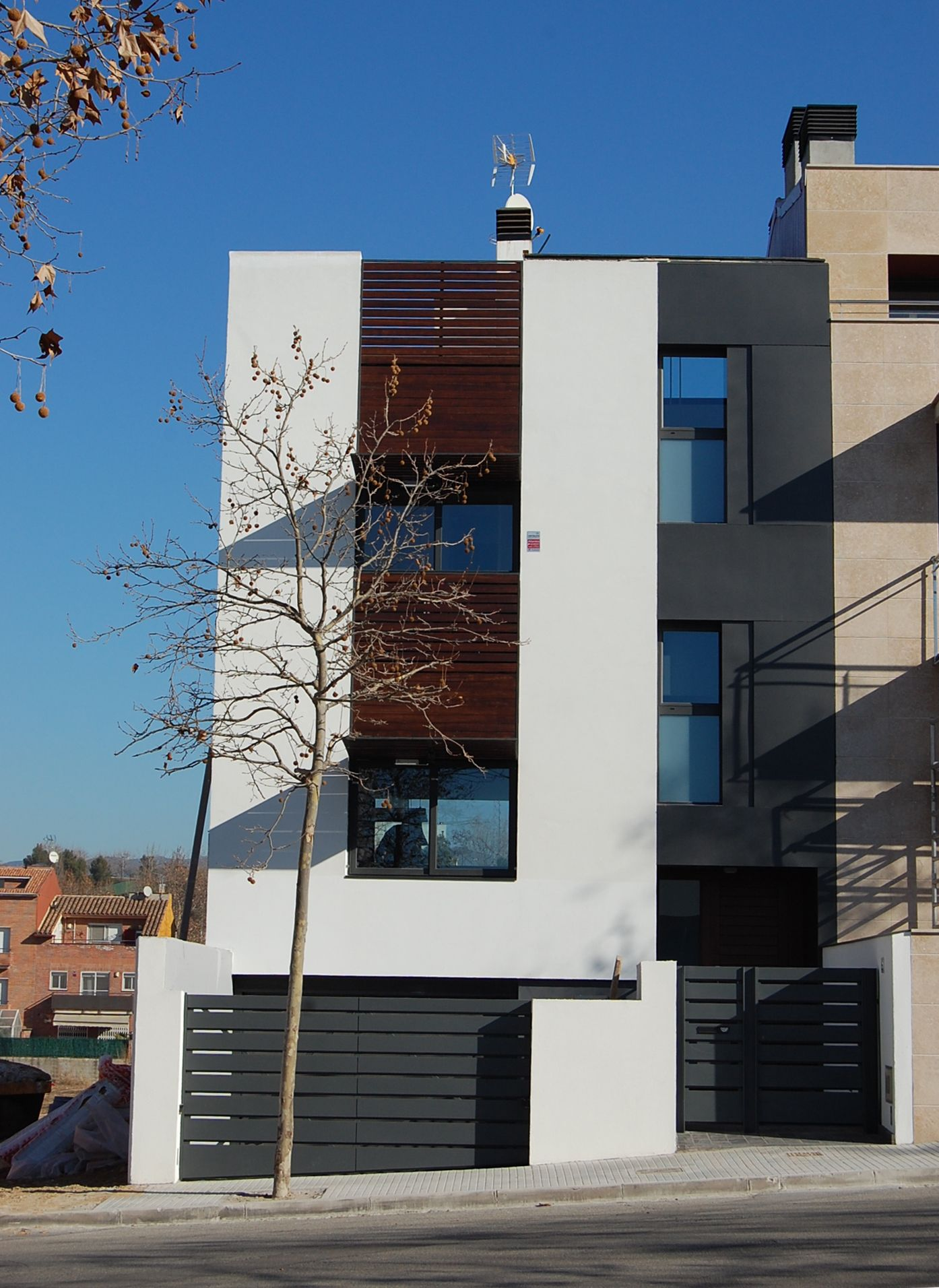 Edificios moderno exterior fachada vidrio arboles for Fachadas edificios modernos