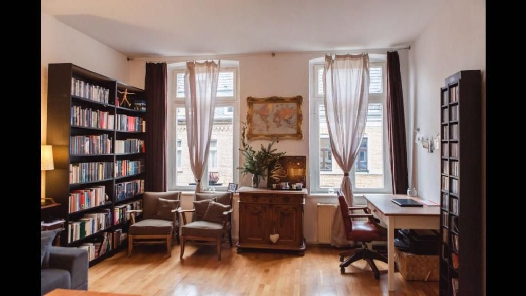 Elegant eingerichtetes Wohnzimmer mit Holzmöbeln #Wohnzimmer - wohnzimmer gelb braun
