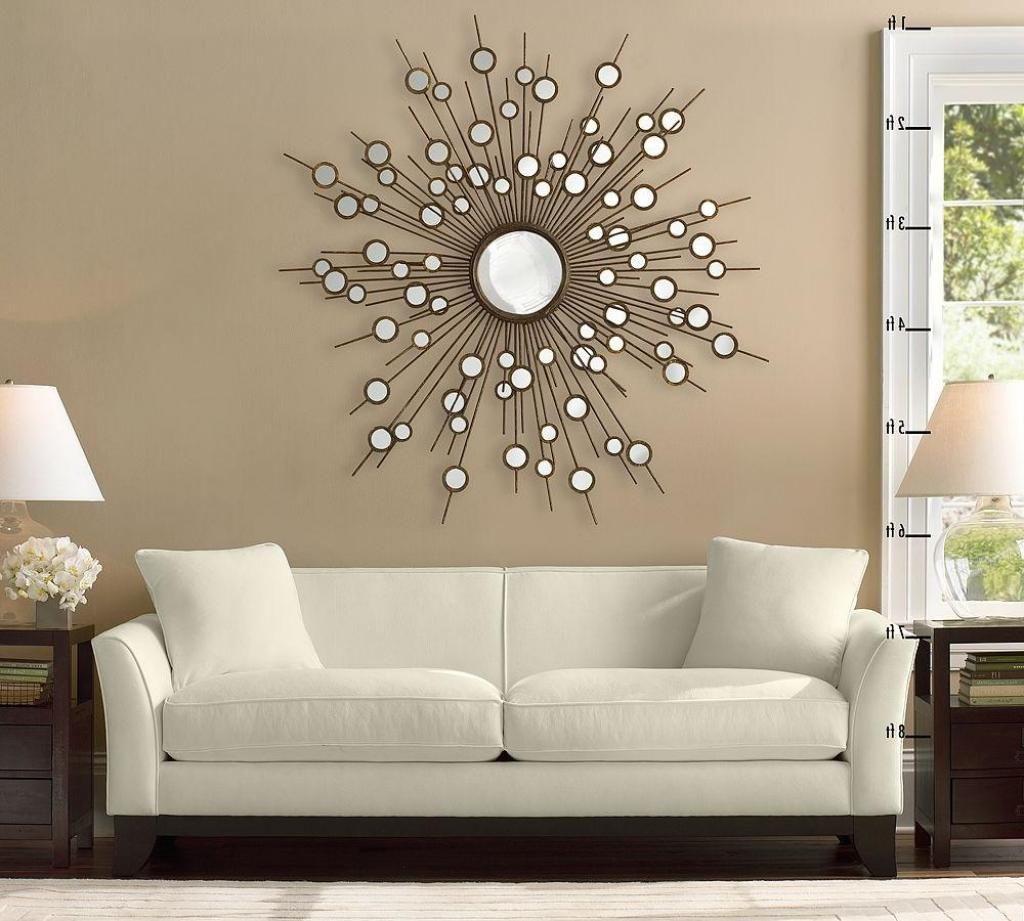 Использование зеркал для декорирования интерьера гостиной и создания правильной атмосферы в комнате.