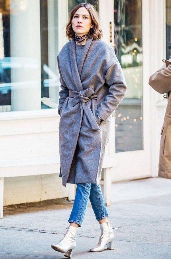 Looks de inverno super sexy. Alexa Chung com calça jeans cigarette com sobretudo cinza em visual de street style.