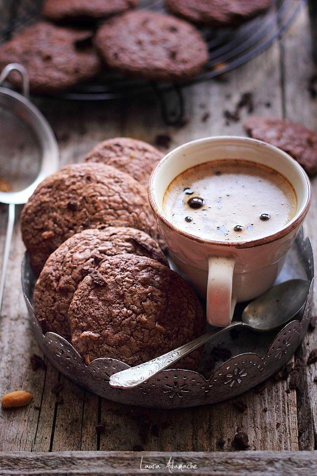 Biscuiti americani cu ciocolata si arahide sarate prajite. Mod de preparare si ingrediente biscuiti americani cookies. Reteta de biscuiti cu ciocolata neagra.