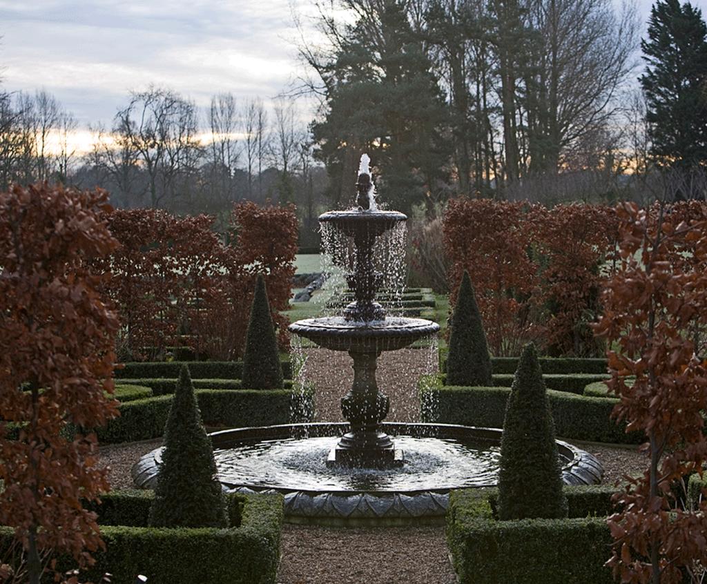 Garden landscaping stow on the wold flowers gardens 3 for Diseno de fuente de jardin al aire libre