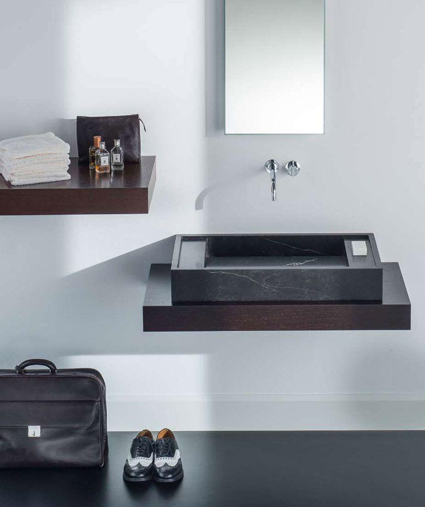 Rapsel R.A.P è una gamma di lavabi disponibile nelle versioni da 50, 60, 70, 80 e 90 cm, realizzati in marmo nero Marquinia, marmo bianco Carrara o Pietra Serena. In foto è proposto il lavabo d'appoggio X-Large in Marmo nero Marquina.