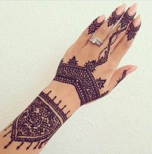 Un tatouage henn pour l 39 t joli et ph m re c 39 est un - Dessin henne facile faire ...