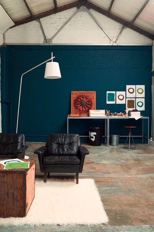 Ambiance atelier dans mon salon gr ce la peinture bleu lapis lazulis creme de couleur - Ambiance peinture salon ...