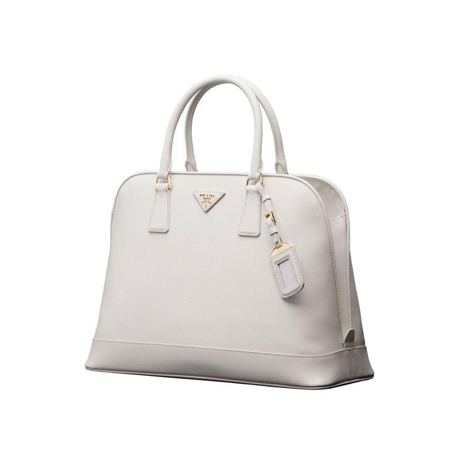la colección de bolsos de Miranda Kerr  modelo Saffiano de Prada en color  blanco c3a817b46e