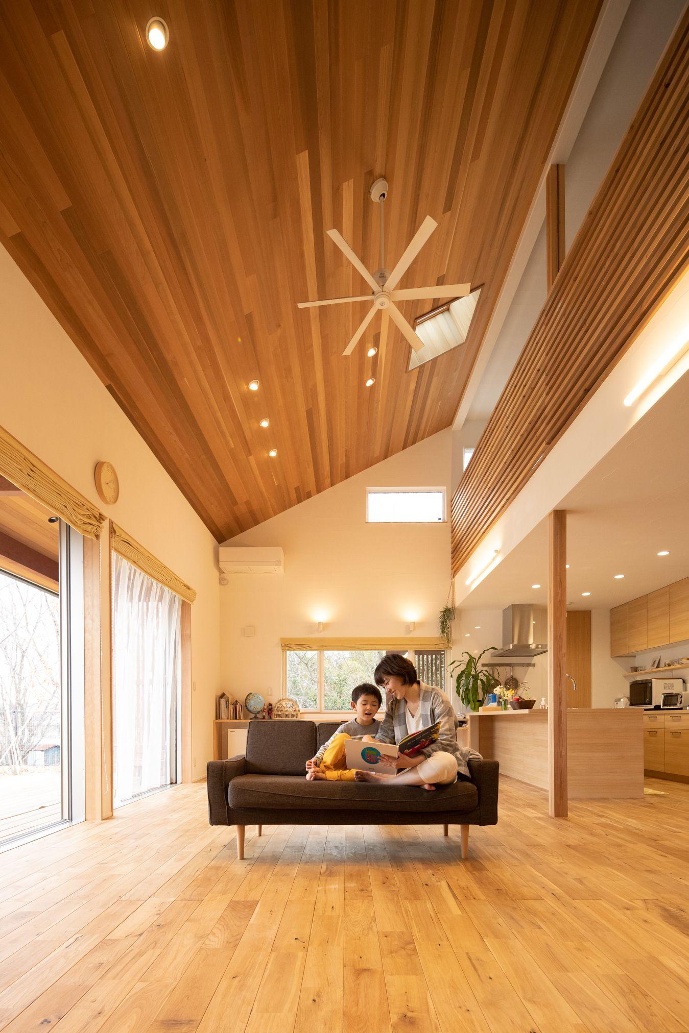 大きく深くかかる屋根と 煙突が印象的な家 西側に雑木林をのぞみ