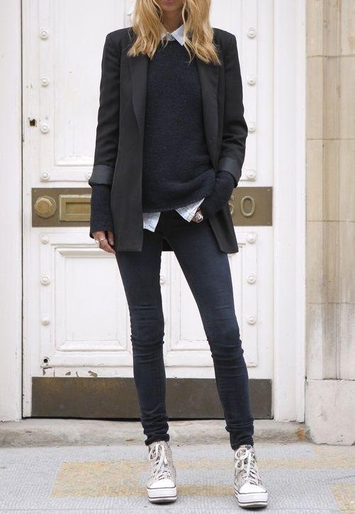 95d8071305116 Le gimmick de cet hiver   le pull manches trop longues! Slim noir +  converses blanches + chemise jean sous pull noir + veste cintrée