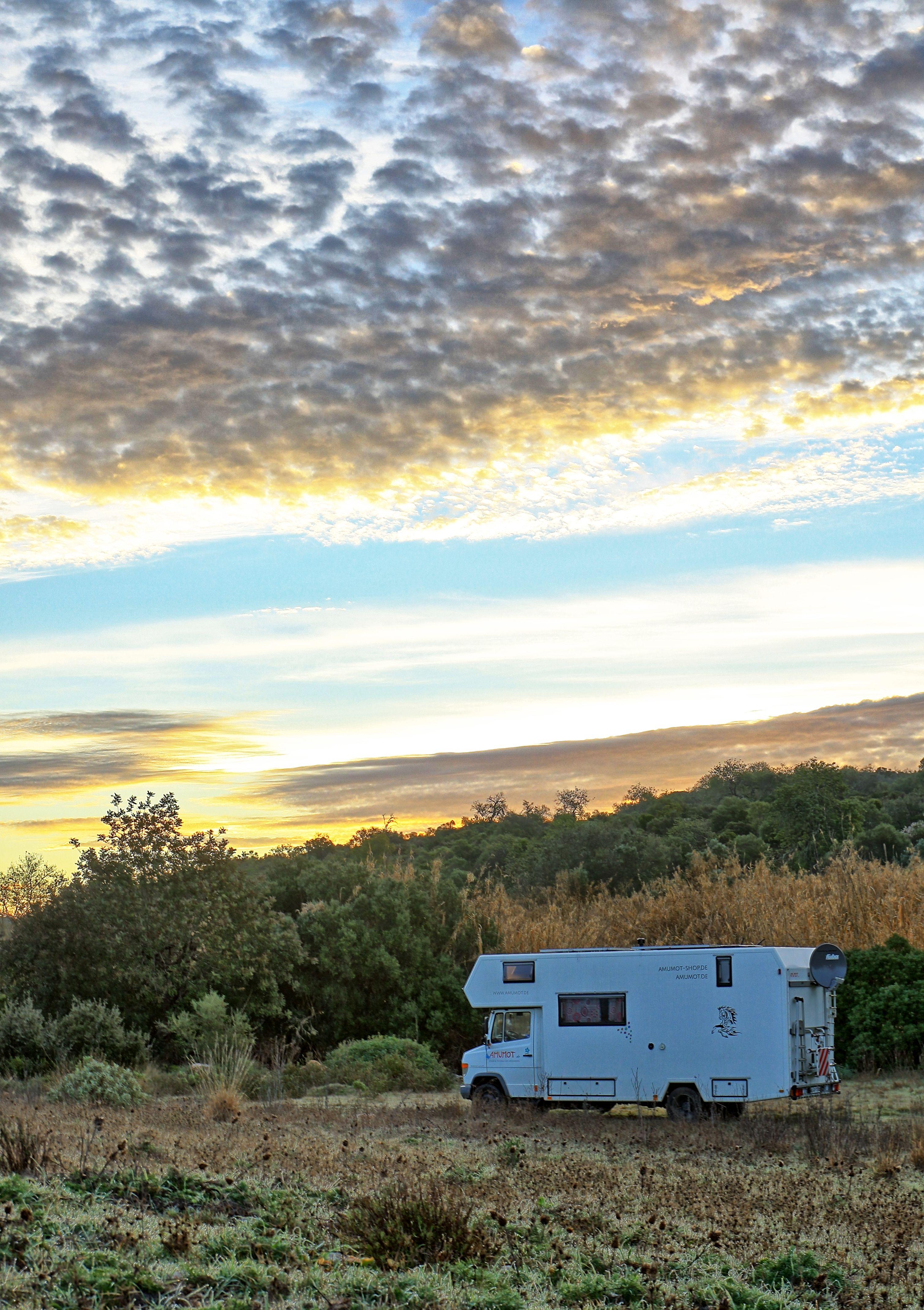 Einsamer Sonnenaufgang in der Wildnis von Portugal. Freistehen mit