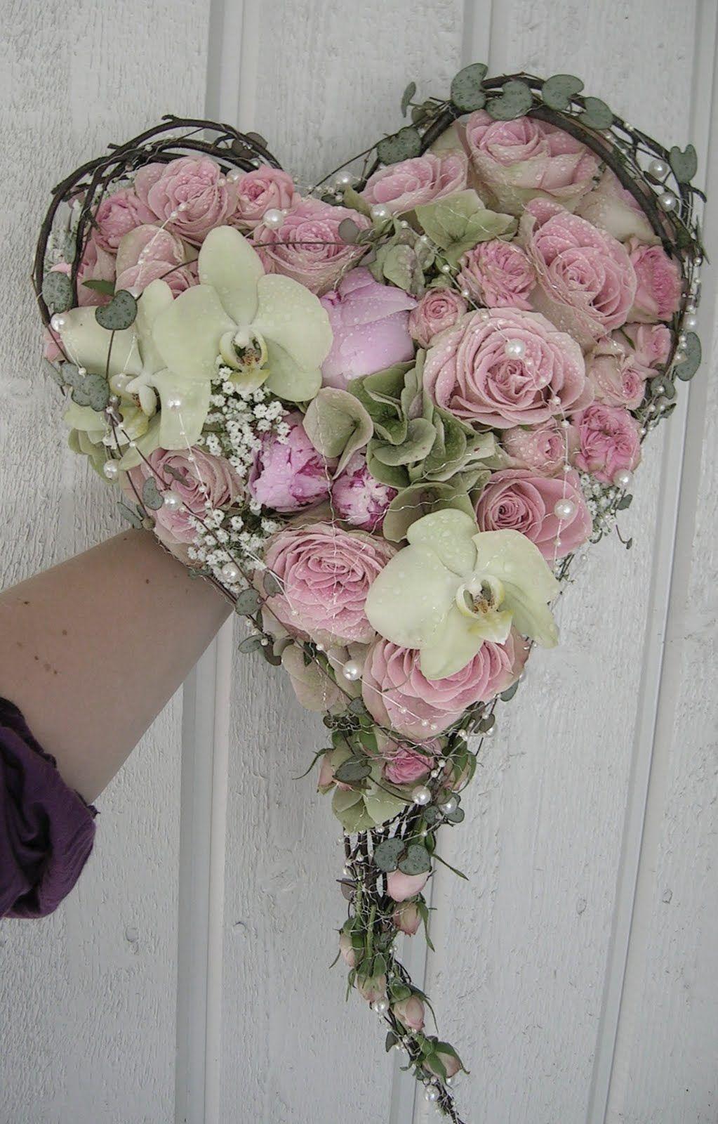 Hjerte med roser og orkidéer