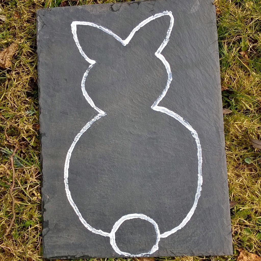 ein osterhase auf eine schieferplatte gemalt mit wei em edding mehr inspiration auf www diy. Black Bedroom Furniture Sets. Home Design Ideas