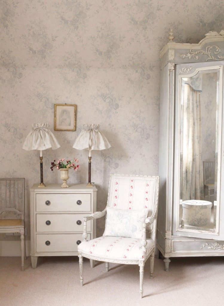 Blue Roses wallpaper adds such a calming hue to any traditional room.