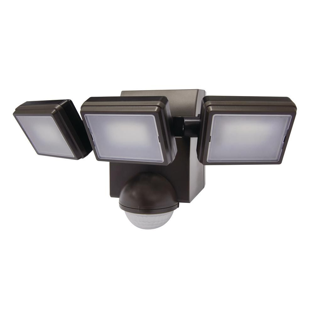 Defiant 1000 Lumen 180 Degree Outdoor Bronze Led Battery Motion Activated Outdoor Flood Light Hd 1895 Bz The Home Depot Outdoor Flood Lights Motion Sensor Lights Outdoor Light Sensor Led motion sensor light outdoor