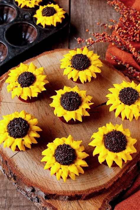 Sunflower Cupcakes with a How to Video | The Bearfoot Baker #sunflowercupcakes