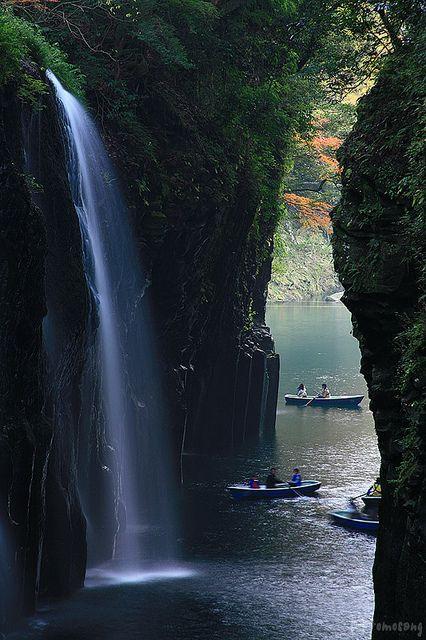 Beautiful waterfalls in Takachiho Gorge, Miyazaki prefecture, Japan (by tomosang R32m).