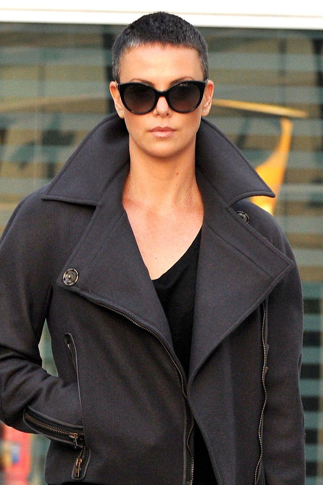 Charlize Therons Shaved Head Rund Um Kopf Pinterest Haare Und