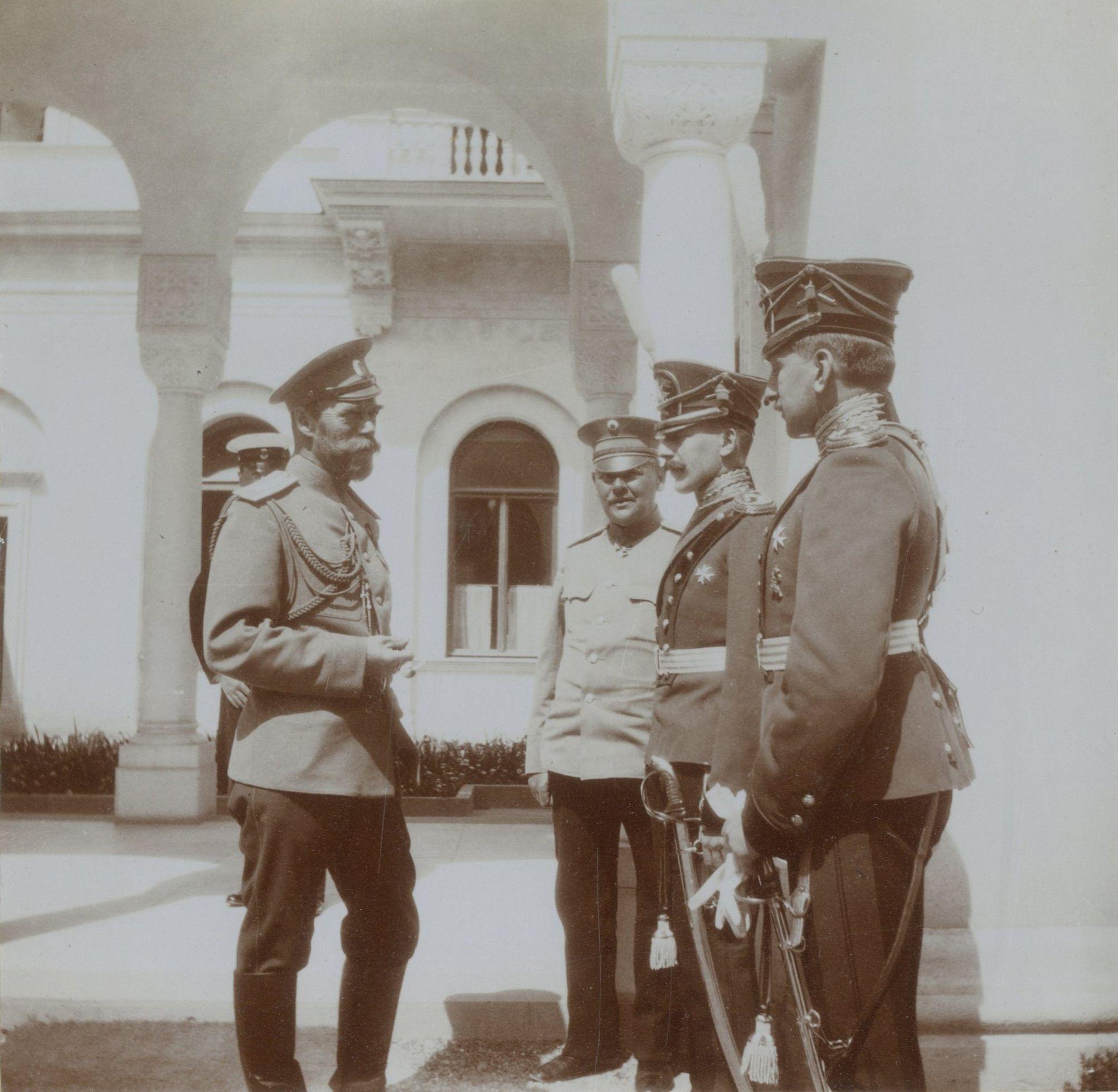 Tsar Nicholas II a conversar com os officers no Livadia Palace, em 27 de abril de 1912.