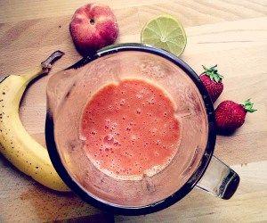 Leckerer Smoothie mit Banane, Pfirsich, Lemon und Erdbeeren!