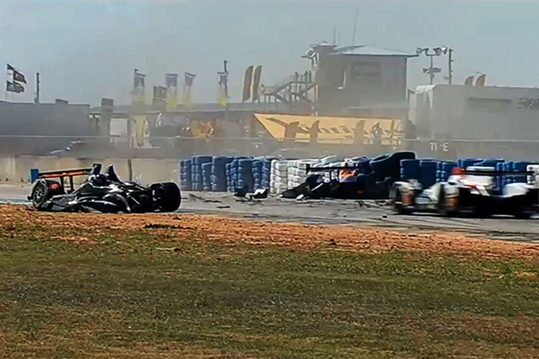 Basta uma manobra errada e... Desastre. Foi o que aconteceu nas 12 Horas de Sebring, nos EUA.