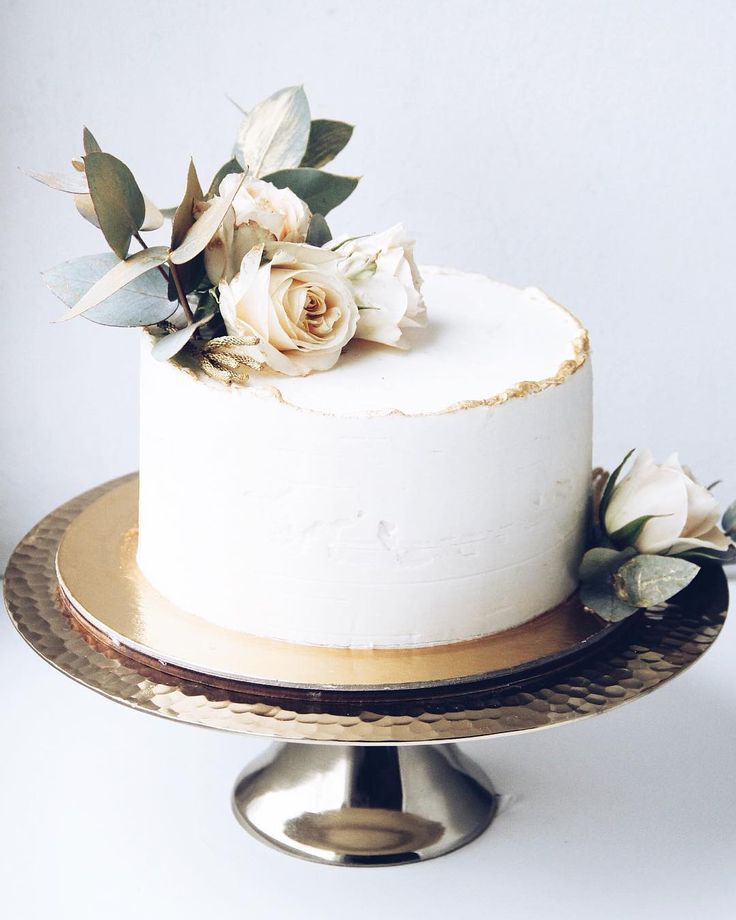 Eine reifenweiße Hochzeitstorte mit weißen Rosen und goldenen Details – #Detai…