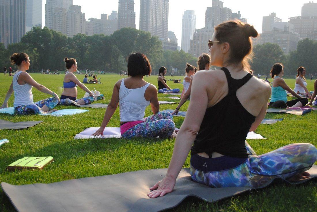 Central park ny yoga nyc vinyasa yoga class outdoor yoga