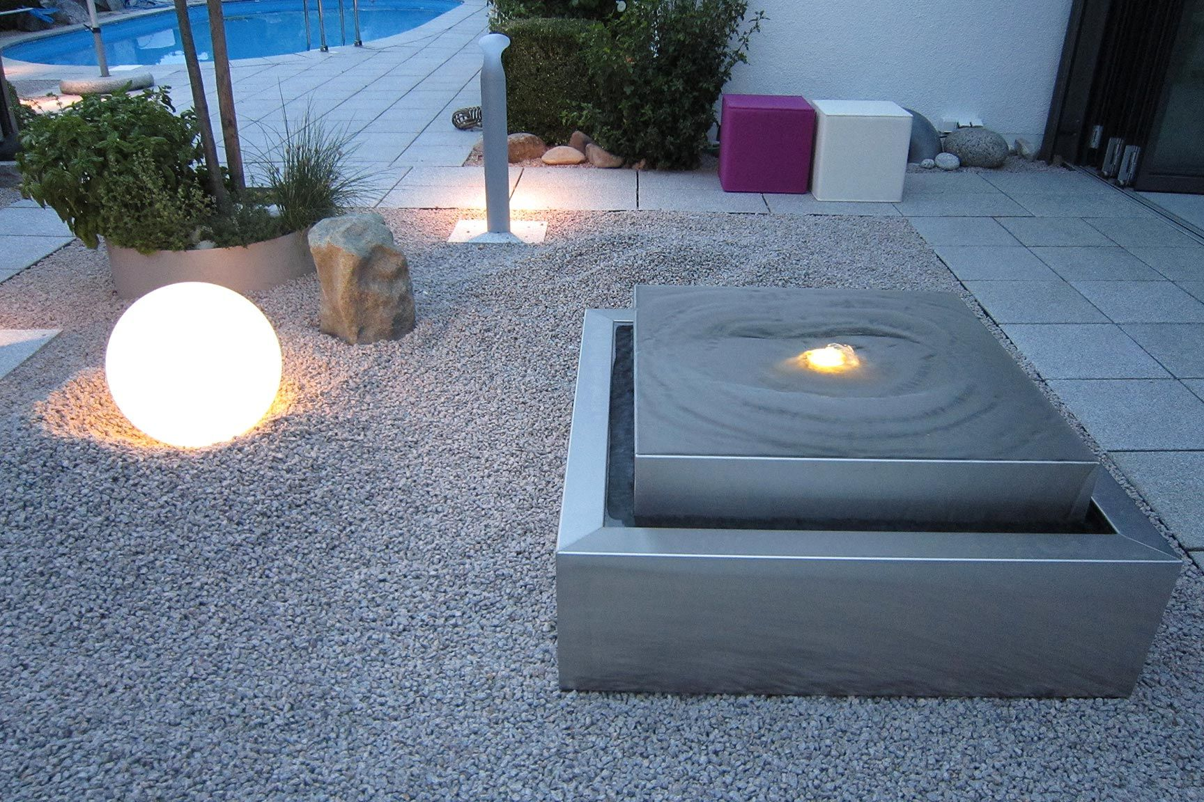 Edelstahl gartenbrunnen in kubistischer form kubusbrunnen edelstahlbrunnen kubus design modern - Gartenbrunnen modern ...