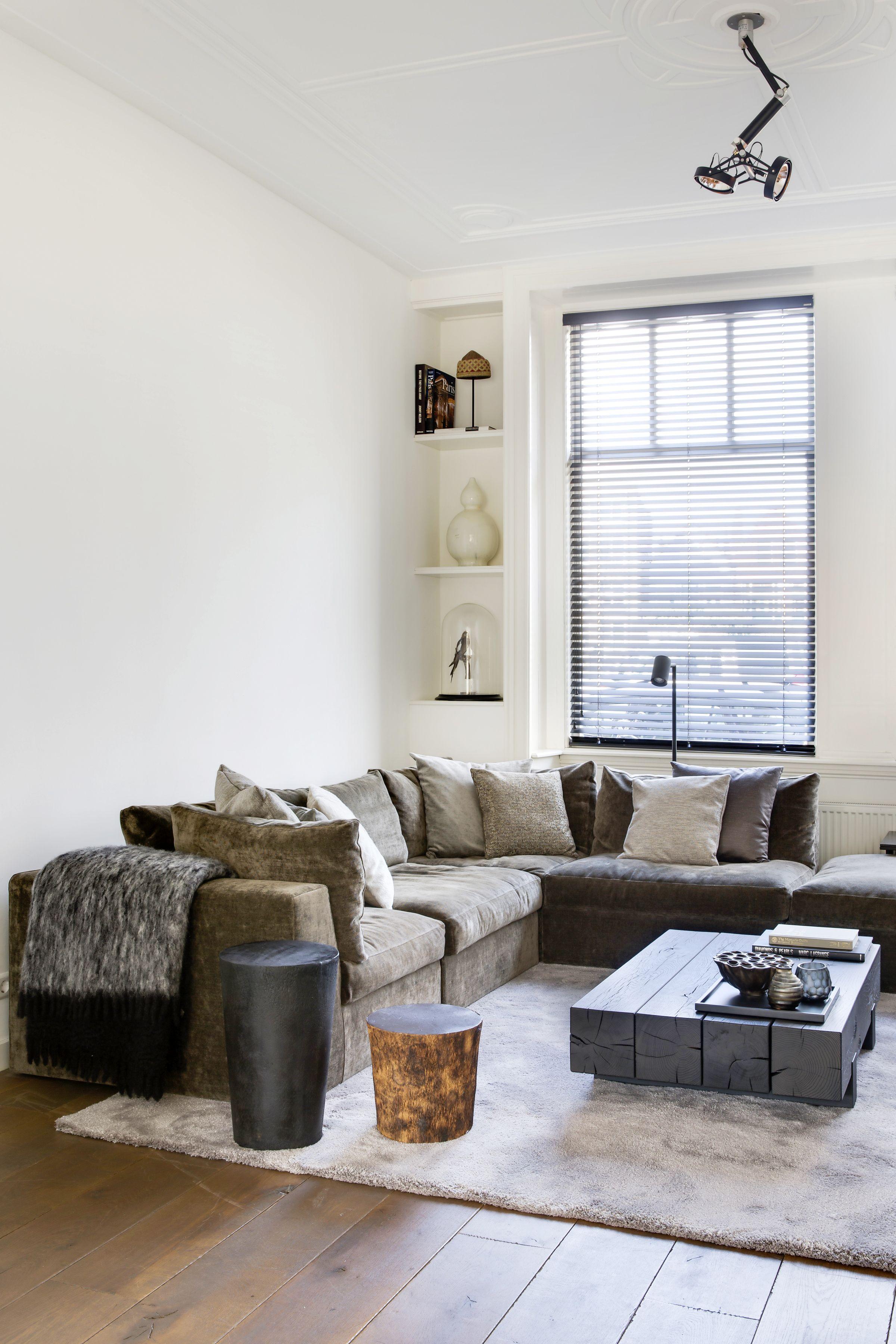 Warme woonkamer met aluminium jaloezieën van Zonnelux. Foto: Denise ...