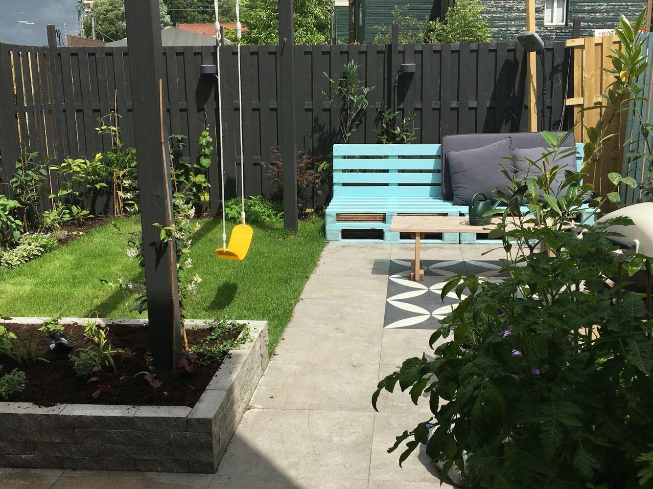Stadstuin vtwonen palet pergola schommel gras kleine for Kleine stadstuin ideeen