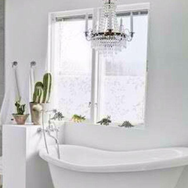 Apartments In Reno Oh: Claw Foot Bathtub + Chandelier = Love