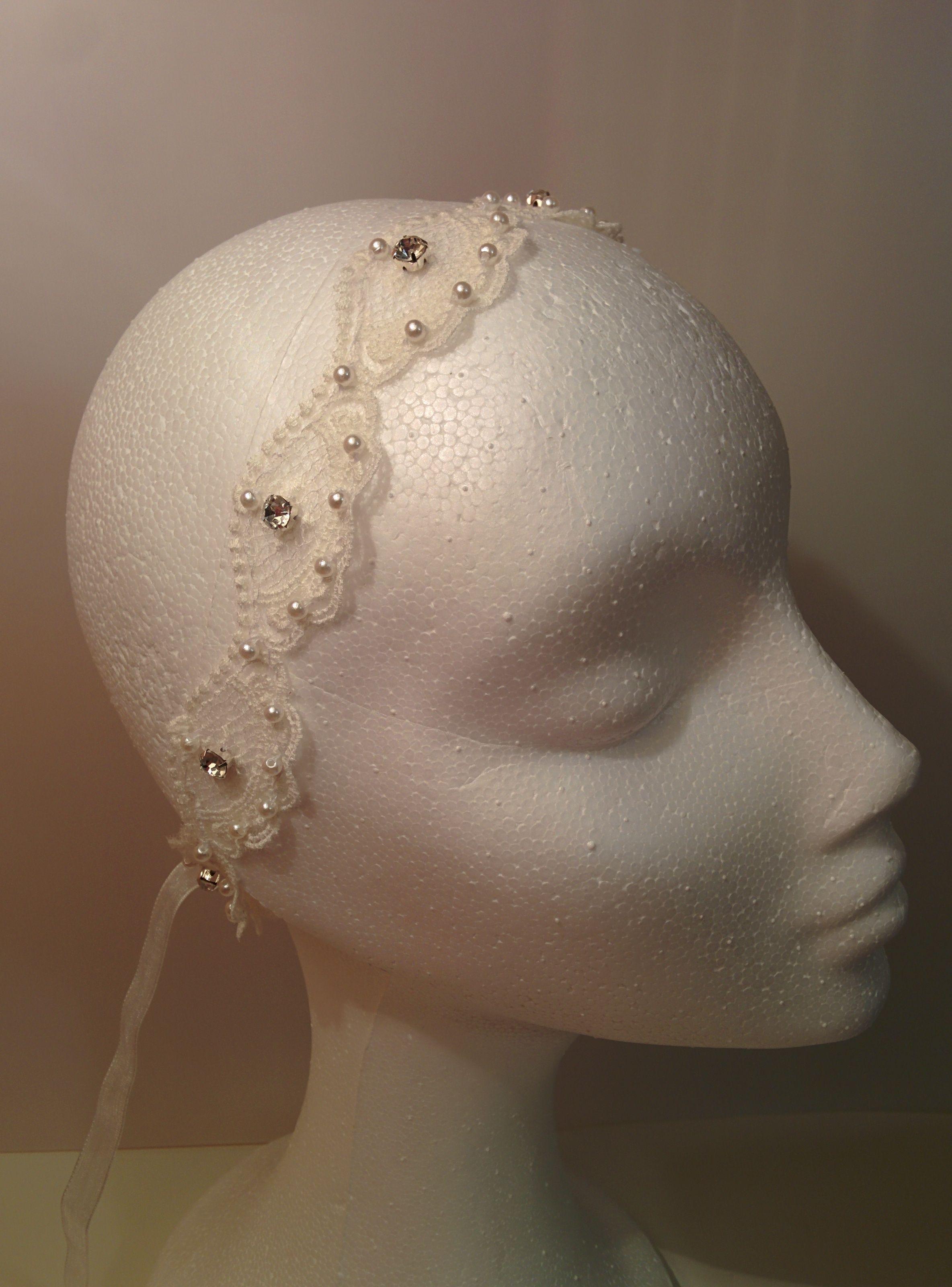 Puesta como diadema nos enamora el modelo Istar.  #lamoradadenoa #cinta #cintadepelo #pedreria #brillantes #perlas #coser #diadema