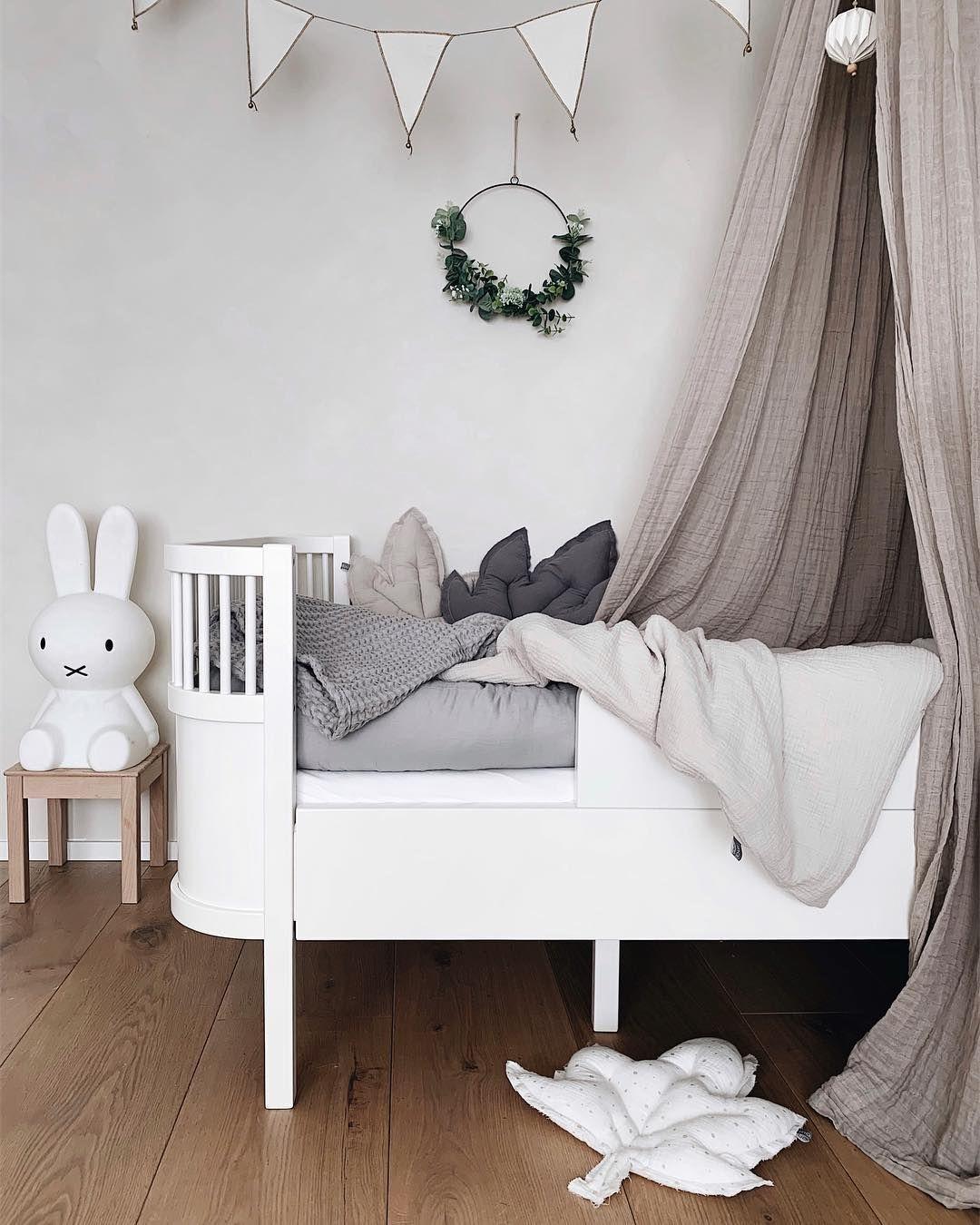 Magnifique chambre d\'enfant beige ciel de lit gris couronne ...
