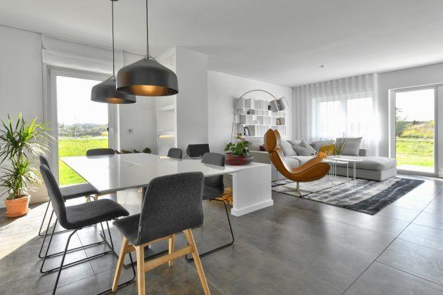 Vom Eingangsbereich aus ist die offene Küche mit grossem Esstisch - bilder offene küche