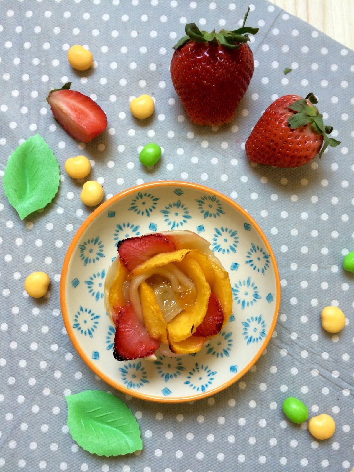 Rosas de hojaldre de melocotón y fresa