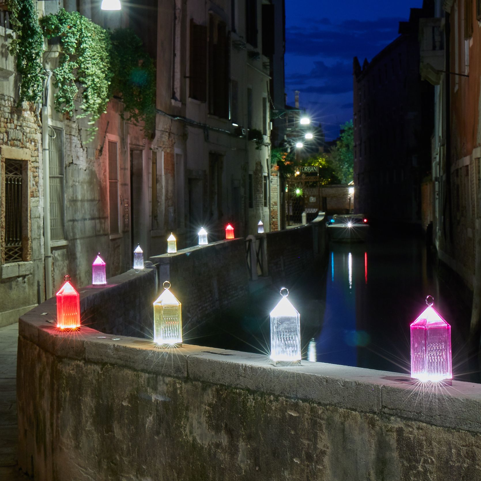Have You Ever Seen Venice By Night Follow The Kartellwander And The Light Of Lantern Lamps Kartellwander Akartelli Lampe Lanterne Lampe Sans Fil Kartell