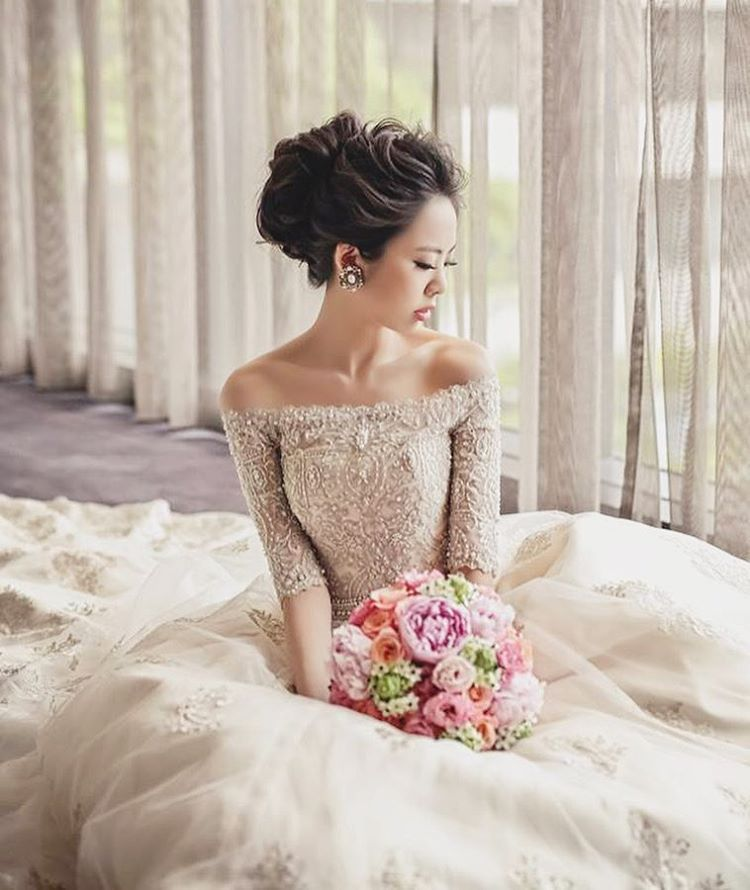 This classic off-shoulder sleeved gown from Mon Chaton is incredibly beautiful! Photo by @sixpence_photo #bride #weddingdress #weddingphoto #婚紗 #monchaton
