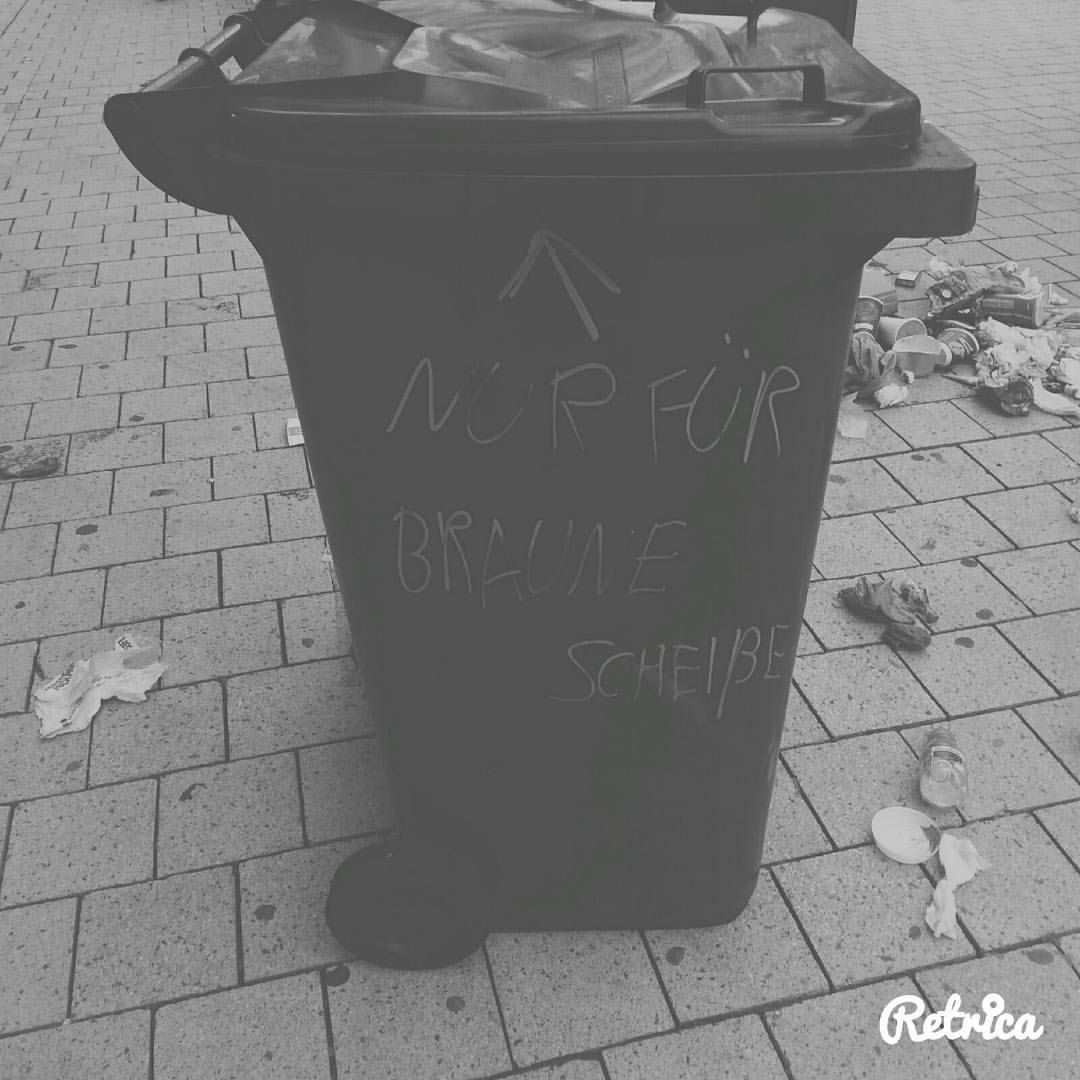 #hannover Innenstadt :p #braunescheiße #fcknzs der ganze Müll lag wirklich neben der Tonne 😂 - linksvorr3chts.86