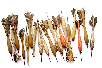 トルコの羽とアンティークの木製ダーツ
