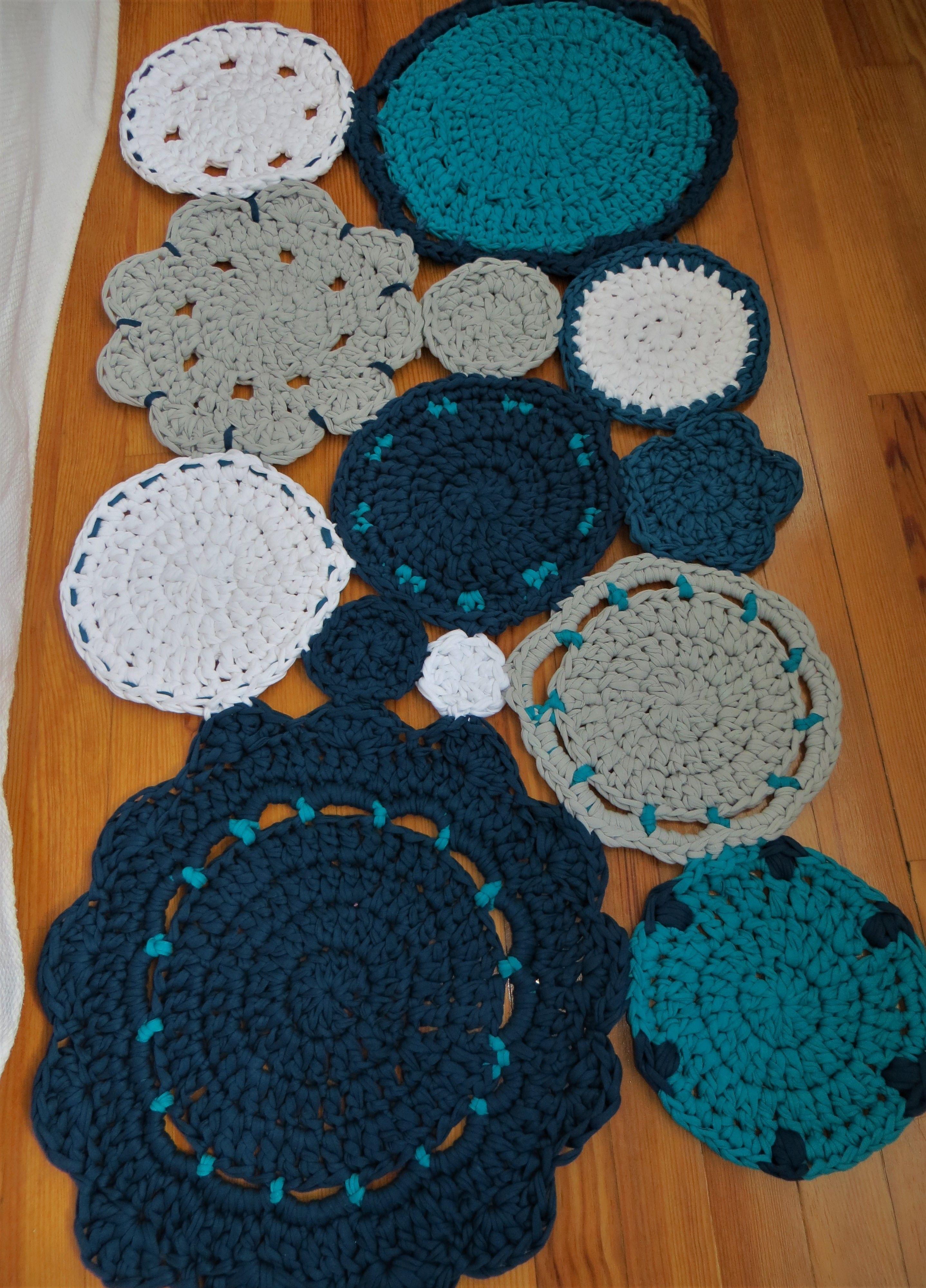 Alfombra de trapillo conjunto de flores en tonos azules for Alfombra gris y turquesa
