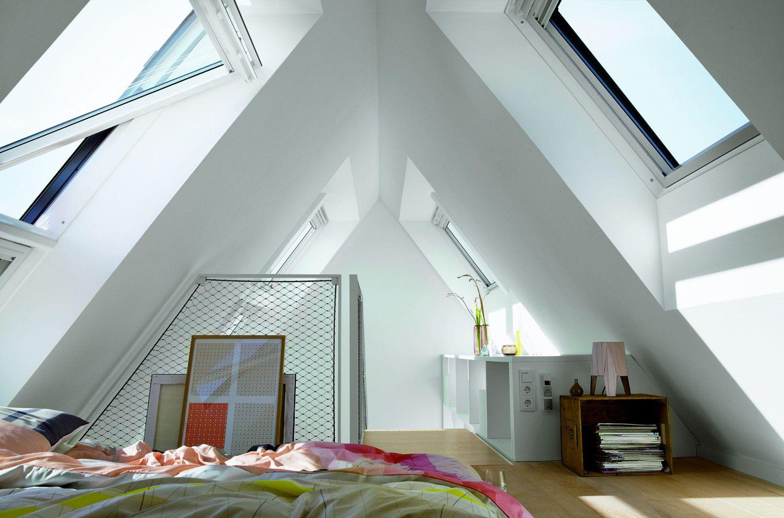 Schone Ausblick Durch Die Dachfenster Von Velux Kleines Dachzimmer Dachboden Renovierung Spitzboden