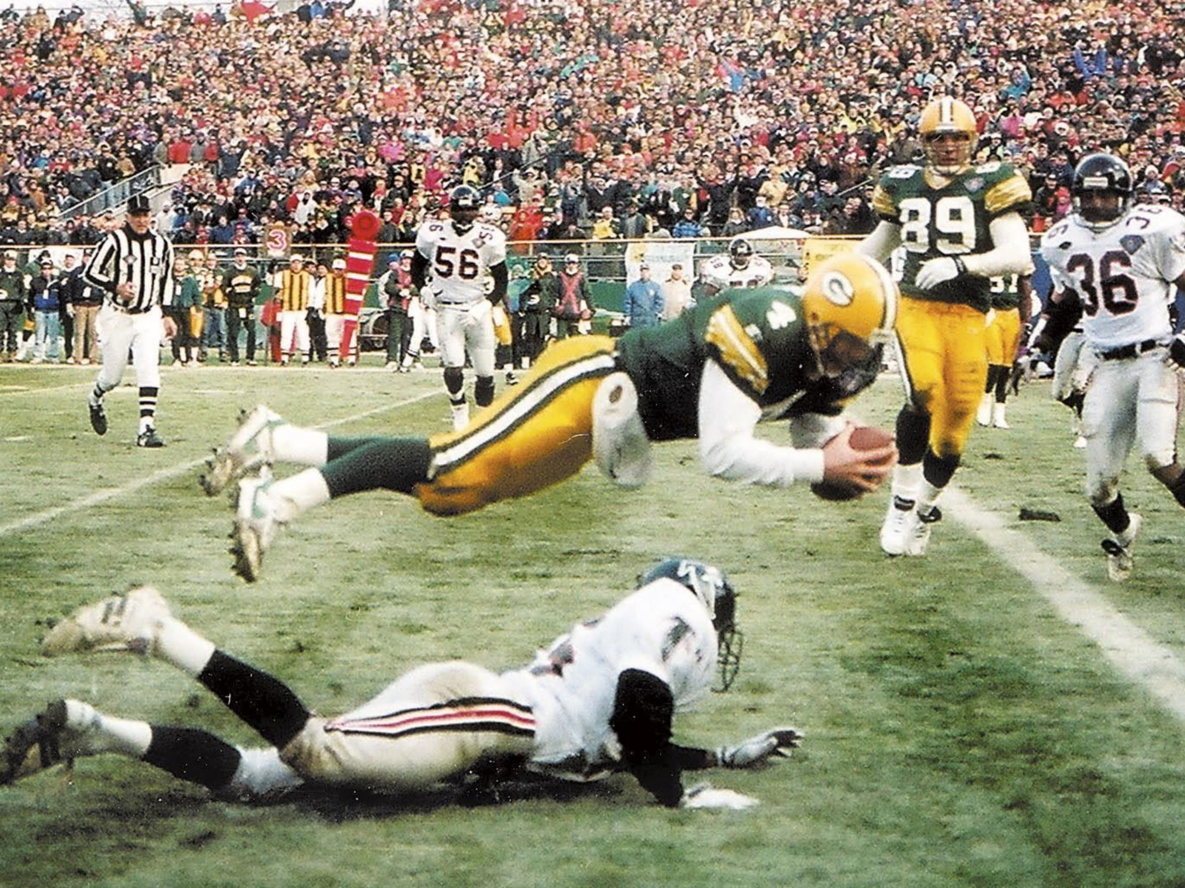 Brett Favre Dives Into Endzone As Clock Ticks Down With No Timeouts Remaining Green Bay Packers Fans Green Bay Packers Football Green Bay Packers